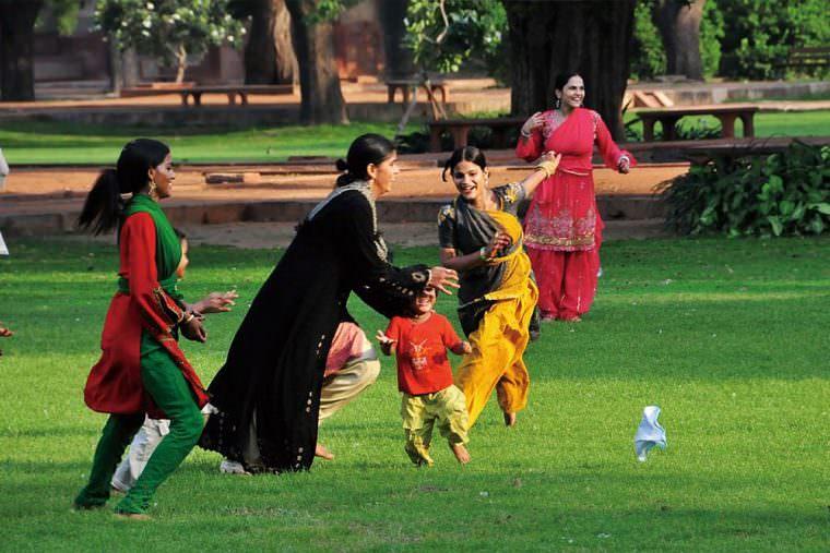 デリー 世界遺産フマユーン廟の庭で遊ぶ家族