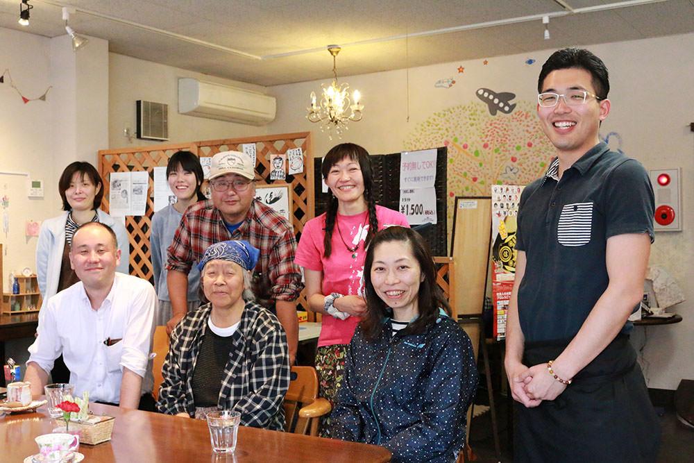 ごちゃまぜカフェに集う人たちの写真