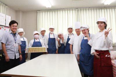 さしま茶クッキーを製造するたんぽぽのメンバーたち