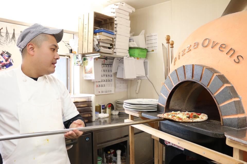ピザを焼く利用者の写真